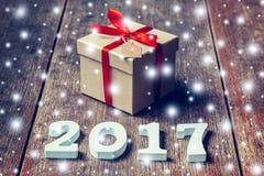 Hölzerne Zahlen, welche die Nr. 2017, für das neue Jahr und das sno bilden Stockbild