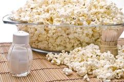 Hölzerne Zahnstocher, Salz und Popcorn Stockbild