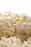 Hölzerne Zahnstocher und Popcorn Lizenzfreie Stockfotografie