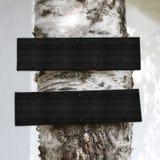 Hölzerne Zeichen auf einem Baum Stockfotografie