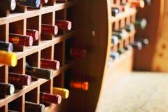 Hölzerne Zellen mit Weinflaschen Stockfotografie