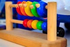Hölzerner Abakus für Kinder mit den roten, grünen und blauen Elementen Lizenzfreie Stockbilder