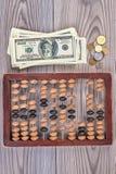 Hölzerner Abakus und Geld Stockbild