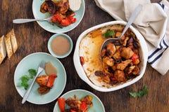 Hölzerner Abendtisch mit der gebackenen Hühnerbrust mit Gemüse Stockfotografie