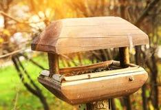 Hölzerner Abschluss der Vogelzufuhr-Krippe herauf Foto Lizenzfreies Stockbild