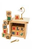Hölzerner Alphabetblock mit Schreibtischlampe und Lupe Stockfotos