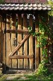 Hölzerner alter Zaun mit einem Tor Lizenzfreie Stockbilder