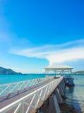 hölzerner Anlegestellengehweg mit pavillion zum Meer Stockfotos