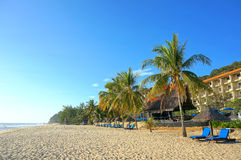 Hölzerner Aufenthaltsraum/Klappstühle und Regenschirm auf Paradies setzen heraus schauen zum Ozean auf den Strand stockfoto