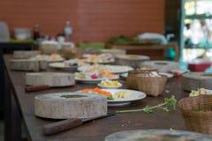 Hölzerner Ausschnittblock und gesunde Bestandteile für eine asiatische Mahlzeit Lizenzfreie Stockbilder