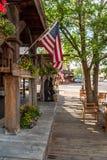 Hölzerner Bürgersteig mit amerikanischen Flaggen stockfoto