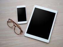 Hölzerner Bürotisch mit leerem Bildschirm für Text auf Tablette, intelligenter pH Stockbild