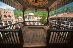 Hölzerner Balkon im Rila-Kloster in Bulgarien Lizenzfreie Stockfotos