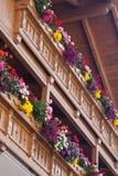 Hölzerner Balkon mit Blumen stockfoto