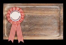 Hölzerner Behälter mit der runder Bandrobbe oder Ausweis, lokalisiert Lizenzfreies Stockbild