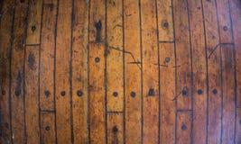 Hölzerner Beschaffenheitshintergrund mit brauner gelber Farbe als Boden der Schiffsplattform lizenzfreies stockbild