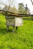 Hölzerner Bienenstock für Wespen Stockfotografie