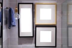 Hölzerner Bilderrahmen auf Plankenwand im Badezimmer Stockbilder