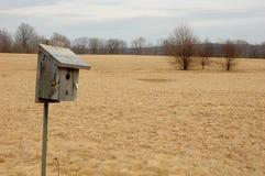 Hölzerner Birdhouse auf Tierschongebiet. Lizenzfreies Stockfoto