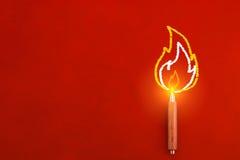 Hölzerner Bleistift mit Zeichnung des Feuers auf der Randinspiration schaffen Lizenzfreie Stockfotos