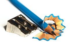 Hölzerner Bleistift und Bleistiftspitzer auf Weiß Stockfotos