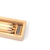 Hölzerner Bleistiftkasten, innerhalb des Kastens ist viele Bleistifte und schärft Lizenzfreies Stockfoto