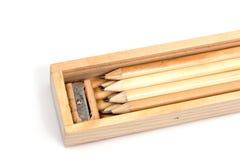 Hölzerner Bleistiftkasten, innerhalb des Kastens ist viele Bleistifte und schärft Lizenzfreies Stockbild