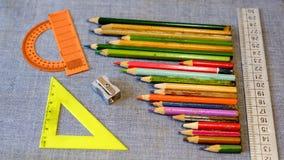 Hölzerner Bleistiftspitzer und ein Machthaber und ein Winkelmesser Lizenzfreie Stockfotografie