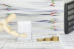 Hölzerner blinder haltener Haus- und Schrittstapel von Goldmünzen Lizenzfreies Stockfoto