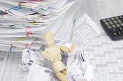 Hölzerner blinder haltener Konkurs des Hauses mit Unschärfepapierball Lizenzfreies Stockfoto