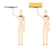Hölzerner blinder Kellner mit Bier auf Behälter Stockfoto