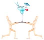 Hölzerner blinder Kellner mit Cocktail auf Behälter Stockbild