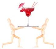 Hölzerner blinder Kellner mit Cocktail auf Behälter Stockfotografie