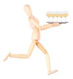 Hölzerner blinder Kellner mit Wein auf Behälter Stockfotos
