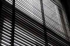 Hölzerner blinder Schattenvorhang und -schatten Lizenzfreie Stockbilder
