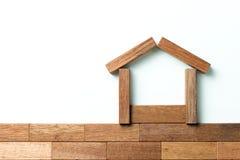 Hölzerner Block als Haus für Immobilienthema Lizenzfreie Stockfotos