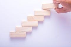 Hölzerner Block, der als Schritttreppe, Geschäftskonzept für Wachstumserfolgsprozeß stapelt Lizenzfreie Stockfotos