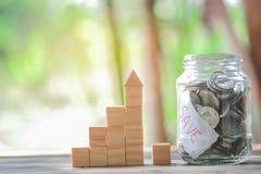 Hölzerner Block, der als Schritttreppe und -münzen im Glasglas, Geschäftswachstum zum Erfolg stapelt stockfotografie