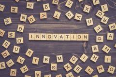 Hölzerner Block des Innovationswortes auf Tabelle für Geschäftskonzept Stockfoto