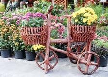 Hölzerner Blumentopf im Fahrraddesign Stockfotografie