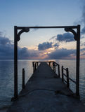 Hölzerner Bogen auf einem verlassenen Pier Stockbild