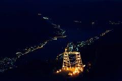 Hölzerner Bogen mit Kerzen nachts In Montenegro auf dem backgro Stockbilder