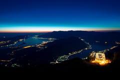 Hölzerner Bogen mit Kerzen nachts In Montenegro auf dem backgro Lizenzfreie Stockfotos