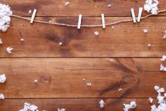 Hölzerner brauner Hintergrund mit Schneeflocken, Winterurlaubkarte, guten Rutsch ins Neue Jahr der frohen Weihnachten, Draufsicht stockfotos