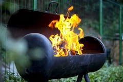 Hölzerner brennender Grill im Hinterhof Stockfotos