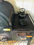 Hölzerner brennender Ofen - alter Ofen stockfoto