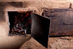 hölzerner brennender Ofen mit Feuer Stockfoto