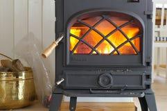 Hölzerner brennender Ofen mit Feuer stockfotografie