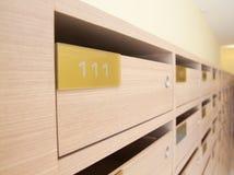 Hölzerner Briefkasten in der Wohnung Stockfotografie