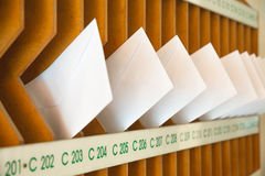 Hölzerner Briefkasten im Eingang eines Wohngebäudes Lizenzfreies Stockfoto